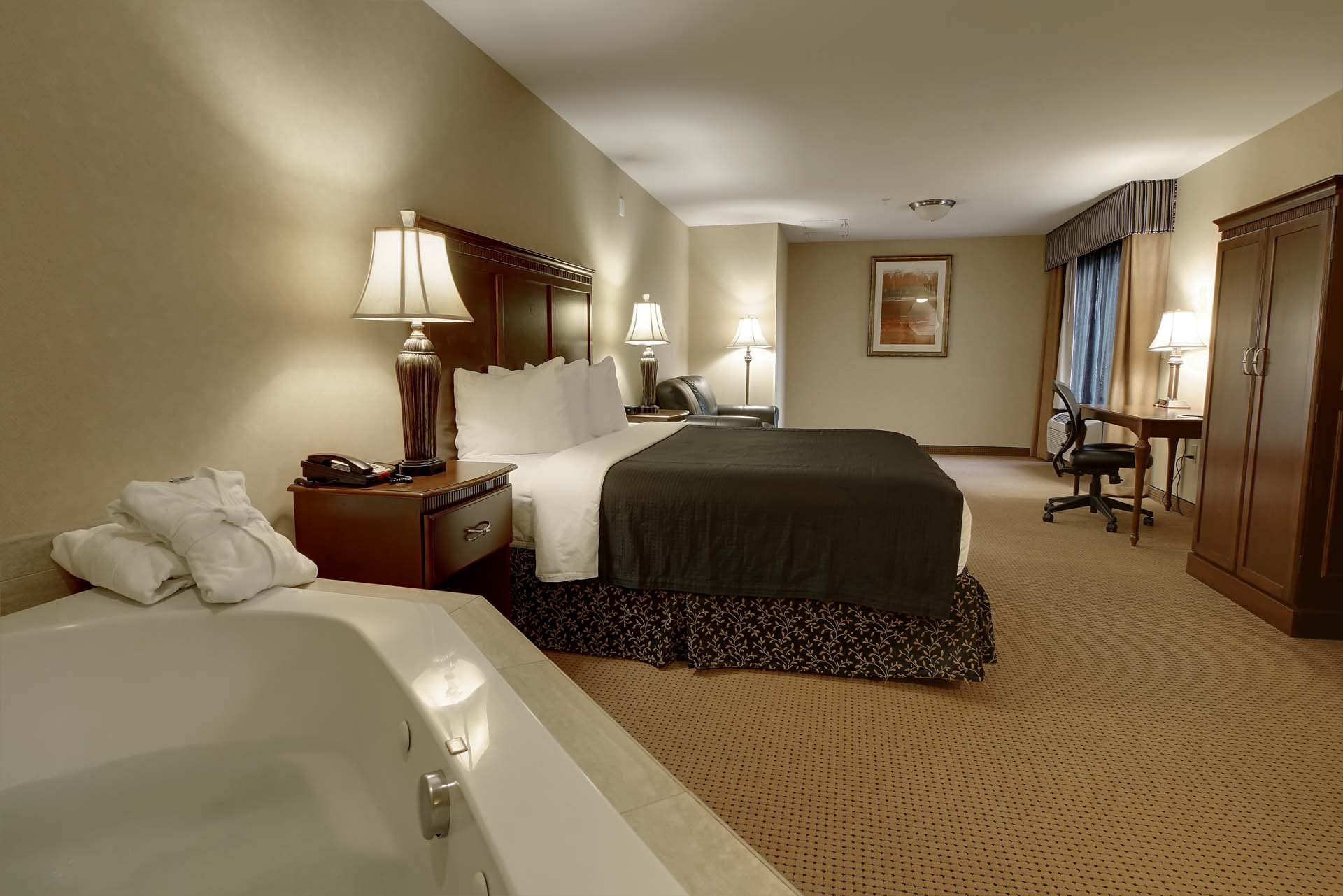 Deluxe King Jacuzzi By The Grand Hotel At Bridgeport In Tigard Or