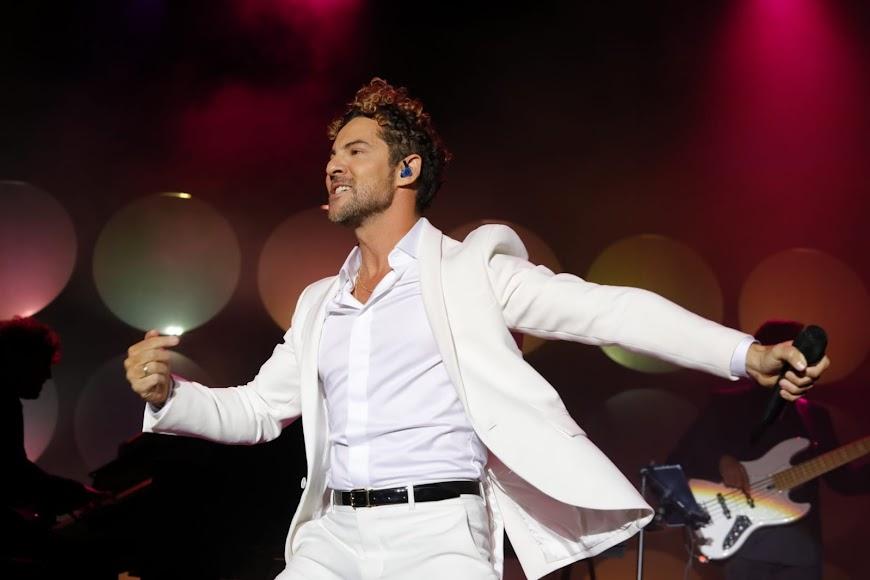 """El artista bailó y cantó uno de sus temas más conocidos: """"Ave María"""""""