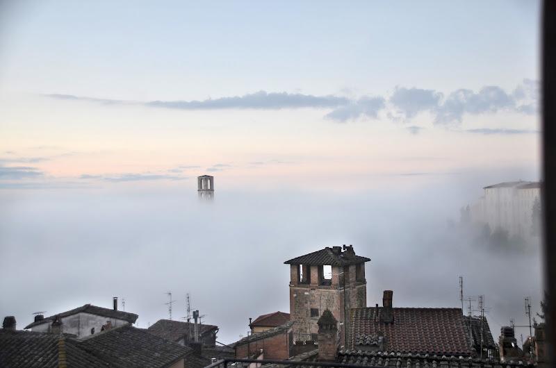 Perugia emerge dalla nebbia di Migliu