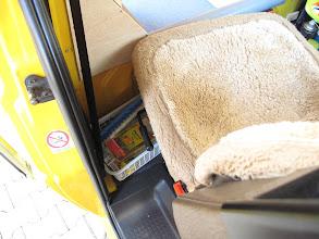 """Photo: Hier der Lese- und Ruheplatz wo man """"aus dem Weg"""" ist. Die sehr bequemen Isrisitze mit Lordosenstütze und Armlehnen sind jetzt im 4.VW Bus und haben über 900Tkm auf dem Buckel. Hinter den Vordersitzen 4 Plastikkörbchen für Krimskrams der während der Fahrt erreicht werden kann."""