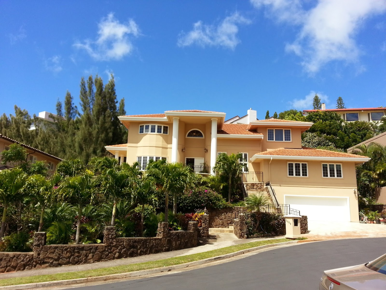 I toured this new house today at Kahala Kua.  Very nice kept in good condition.   With limited view of ocean within the house but as you drive down hill, you will love the tranquility and the ocean view right in front of you.