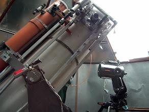 Photo: Putken yläpäässä näkyvä fokusointilaite on grayford -tyyppinen 1:10 alennusvaihteella CCD -kameran tarkennuksen helpottamiseksi. Taustalla kesällä hankkimani käytetty Celestron C8 jalustoineen. Deklinaatioakselin päällä on punainen käsikapula, jolla säädellään steppimoottorien pyörimisnopeuksia. Mitään GOTO tai autoguidaus -systeemejä minulla ei ole käytössä ja putkenkin suuntaan yleensä käsin kääntämällä.