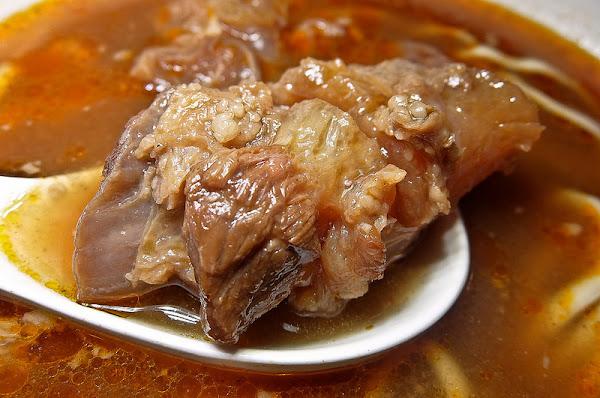忠孝新生 七十二牛肉麵, 加了牛骨髓辣油的湯頭超好喝