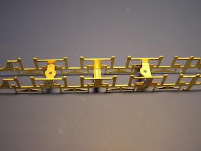 Photo: 3. Příčníky pro montáž sběračů proudu. Ten asymetrický patří dozadu - mezi 3. a 4. nápravu. Díra pro šroub je blíže ke třetí nápravě.