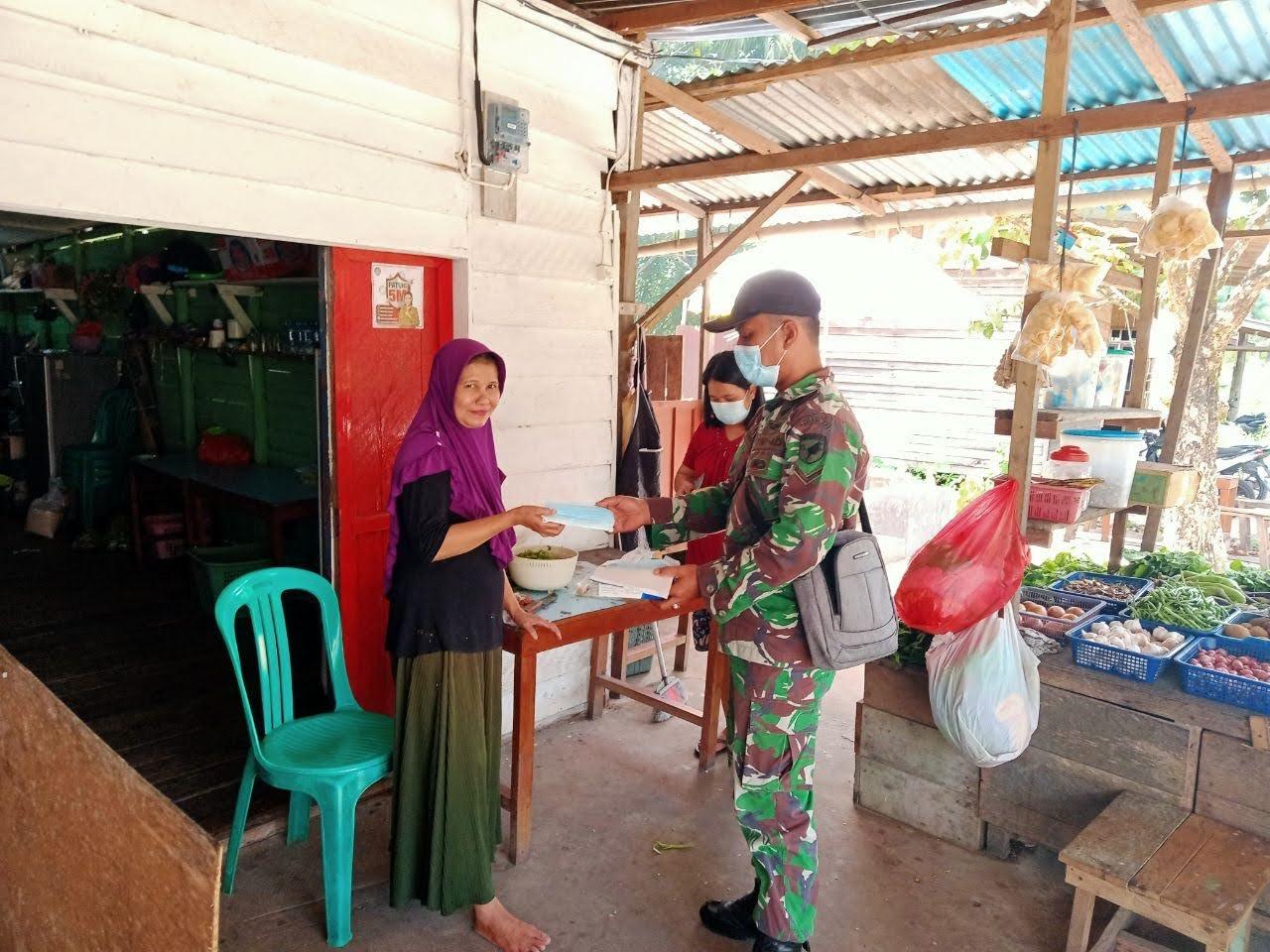 ZIDAM XII/TPR Lakukan Giat Stop Covid 19 Di Dusun Jamai Plasma V Desa Amboyo Kecamatan Ngabang Kabupaten Landak