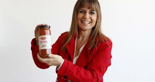 Carmen Cardila muestra uno de los productos de su empresa, Vicasol.