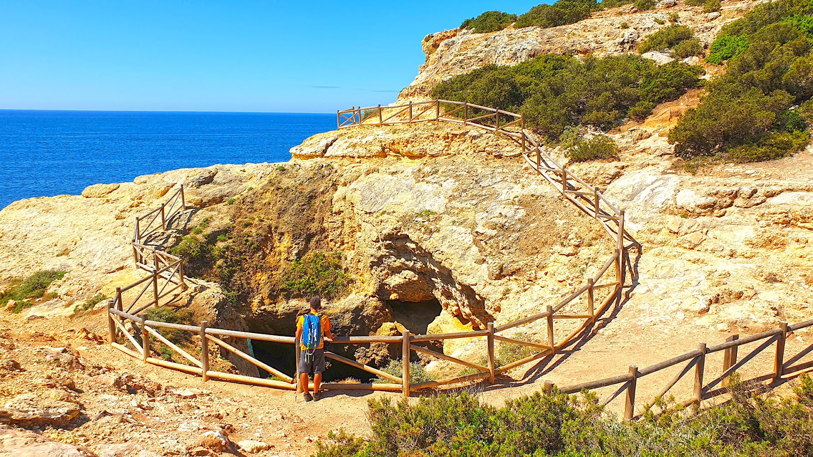 TRILHO DOS SETE VALES SUSPENSOS, um trilho pelos algares, grutas, arcos e praias rochosas do Algarve