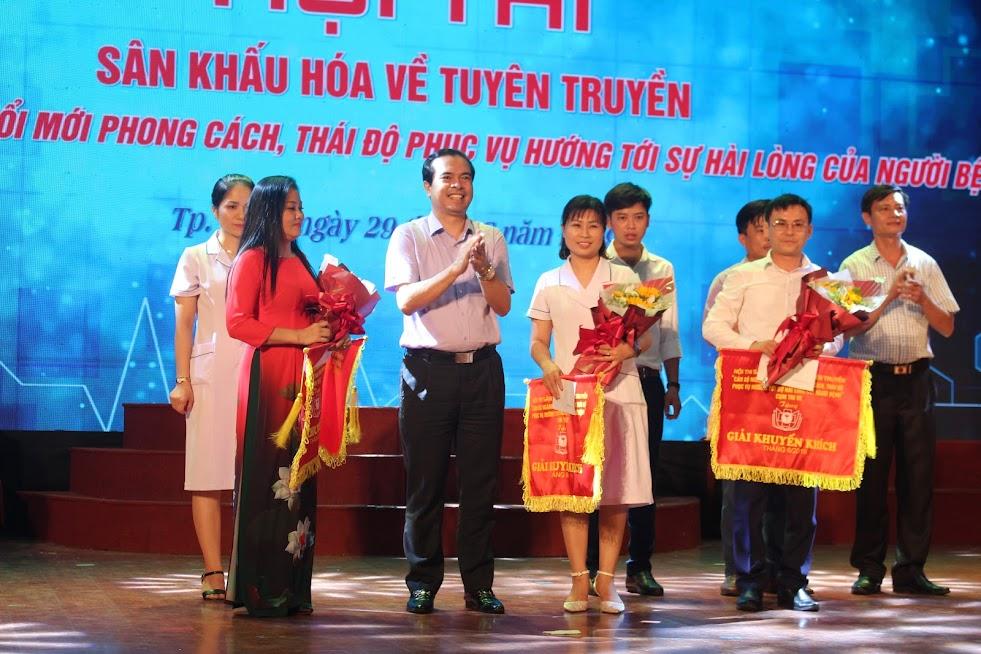 Ông Nguyễn Hồng Trường trao giải Khuyến khích cho các 3 Đội