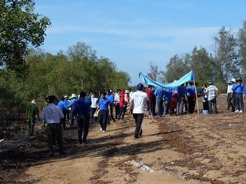 Hơn 100 thanh niên làm sạch bãi biển Ba Động