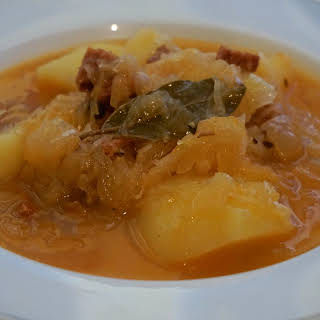 Eastern European meal: Delicious sauerkraut soup with chorizo and potatoes recipe (recept: Skvělá zelňačka s klobásou a bramborami).