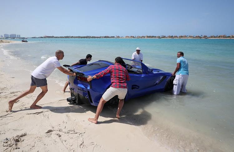 男子将水上车辆推入埃及亚历山大·埃格纳州波尔图码头的水中