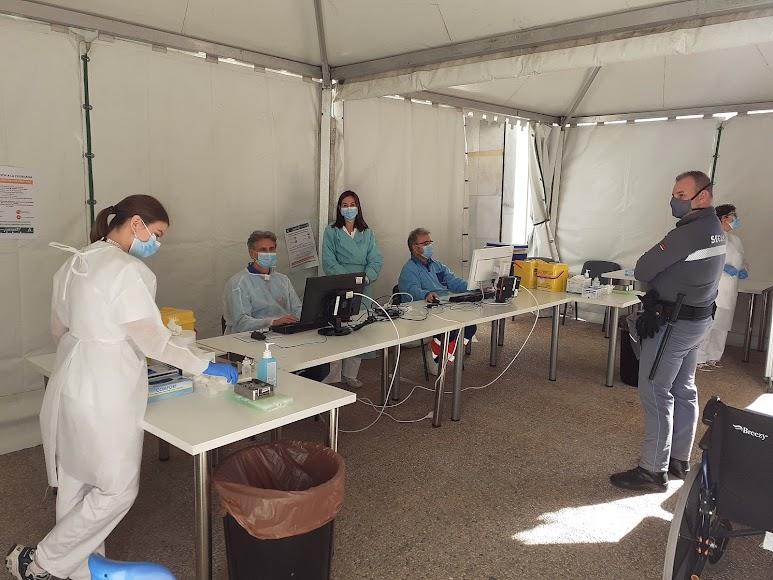 Carpa del consultorio de Oliveros preparados para la vacuna antigripal.