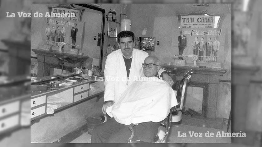 El maestro Antonio González Expósito, barbero y peluquero que pasó por grandes establecimientos como la peluquería de Viedma y la de Domínguez.