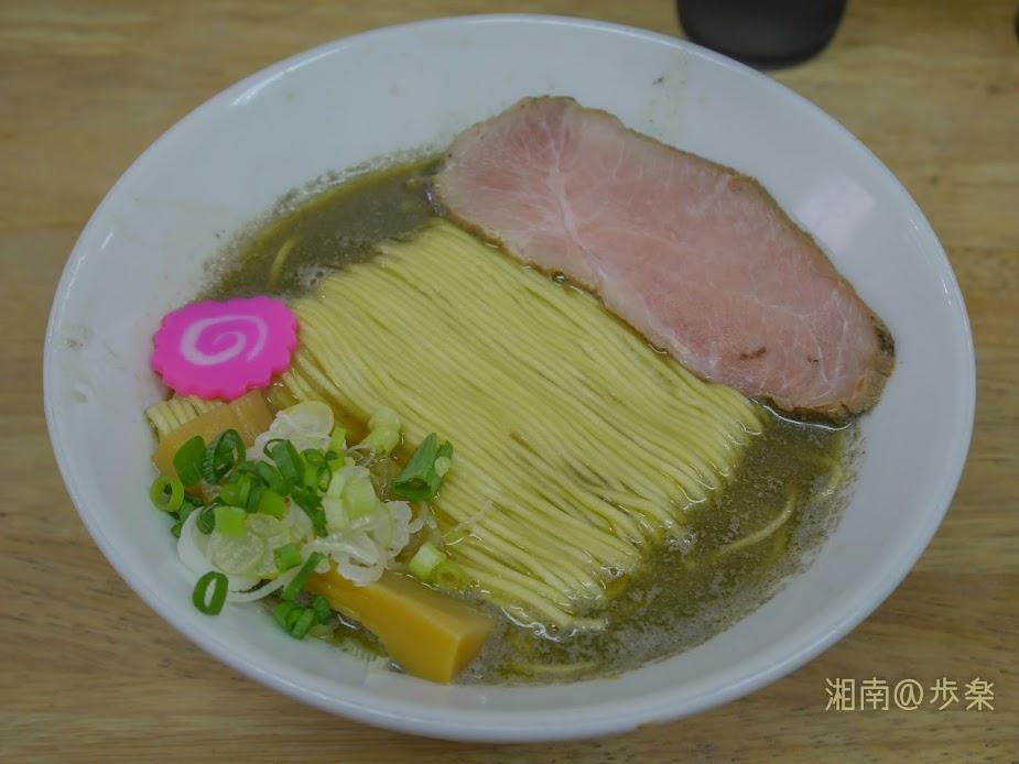 らーめんまつや 増税前 煮干しそば@750 スープは緑色に輝き、人によっては好みが分かれるビジュアル
