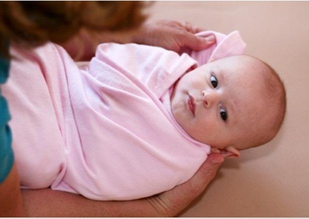 Quấn tã cho trẻ sơ sinh.