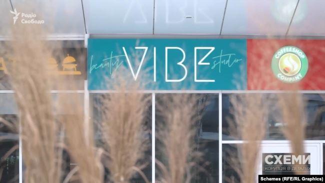 Журналісти навідалися одного з будинків у новому центрі Братиславі, за адресою студії Beauty Vibe, що офіційно належить дружині Каськіва Тетяні