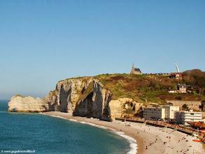 Photo: Etretat, la plage et la falaise d'Amont.