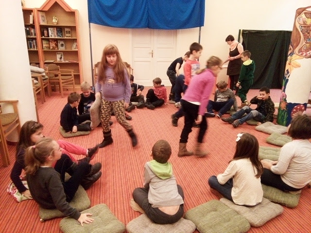 könyvtárban játszó gyermekek