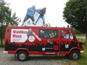 Photo: Webebus Waldbühne, Waldbühne Zussdorf Werbebus, Werbepromotion Mirko Flodin, Eyecatcher Werbebus, Die Kunst der Werbung, Ein Dorf dreht auf,