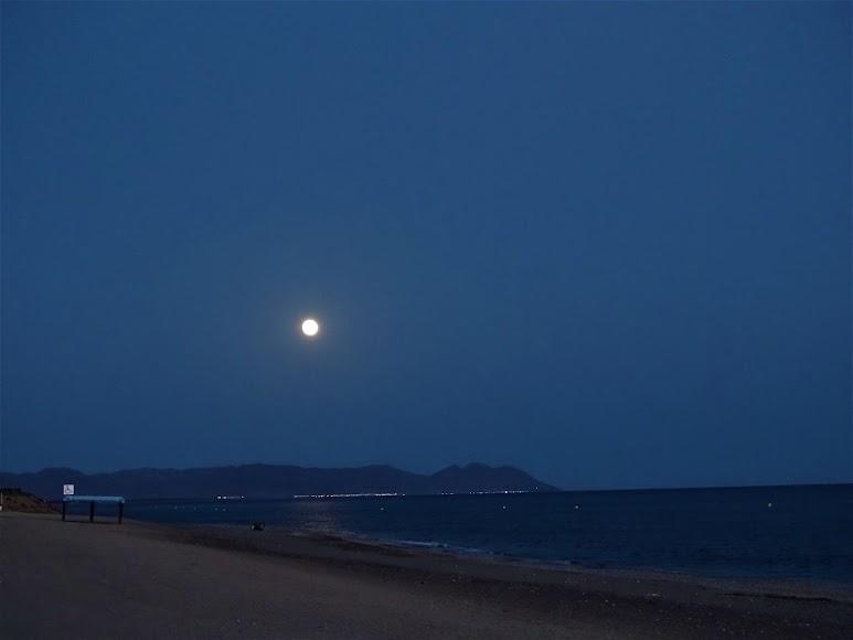 Así se observó desde la playa de El Toyo-Retamar.