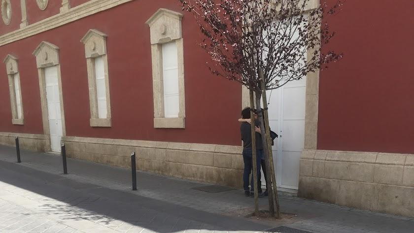 Una pareja  se besaba ayer en la calle Juan Lirola, un gesto cada vez más difícil de ver en estos días de contención por la pandemia.