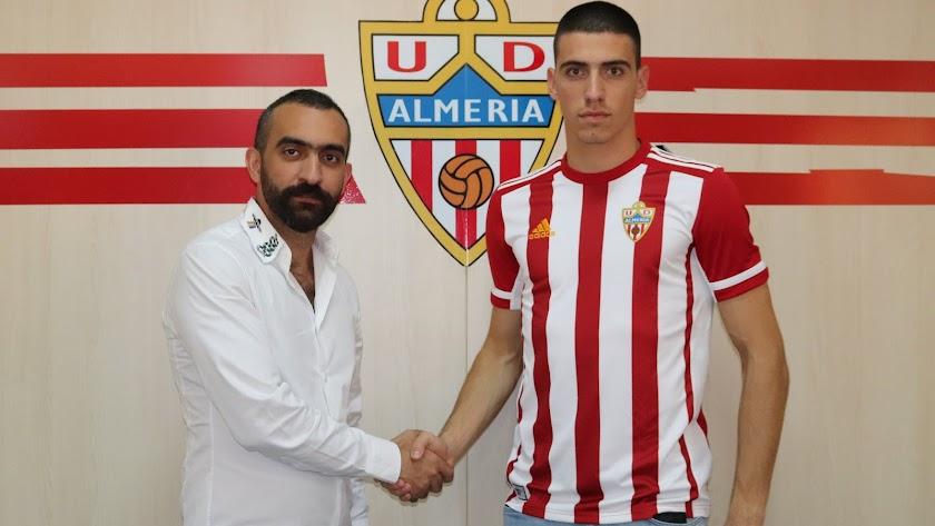 Mohamed El Assy y el nuevo portero.