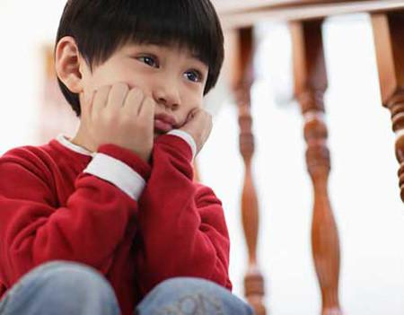 """""""Con tôi bị tự kỷ …"""".Cho đến nay, tự kỷ vẫn chưa được xác định chính xác nguyên nhân cũng như chưa có thuốc chữa trị dứt điểm. Bởi thế, nếu một phụ huynh nhận thức rõ bản chất của 'tự kỷ' thì việc con mình được xác định mắc chứng này quả là một 'tin dữ' không dễ chấp nhận."""