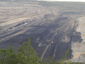 Photo: Da ist die Kohle! Da sieht man erst mal, wie viel Erde, Sand und Steine abgeräumt werden müssen, um an die Kohleschicht zu kommen!
