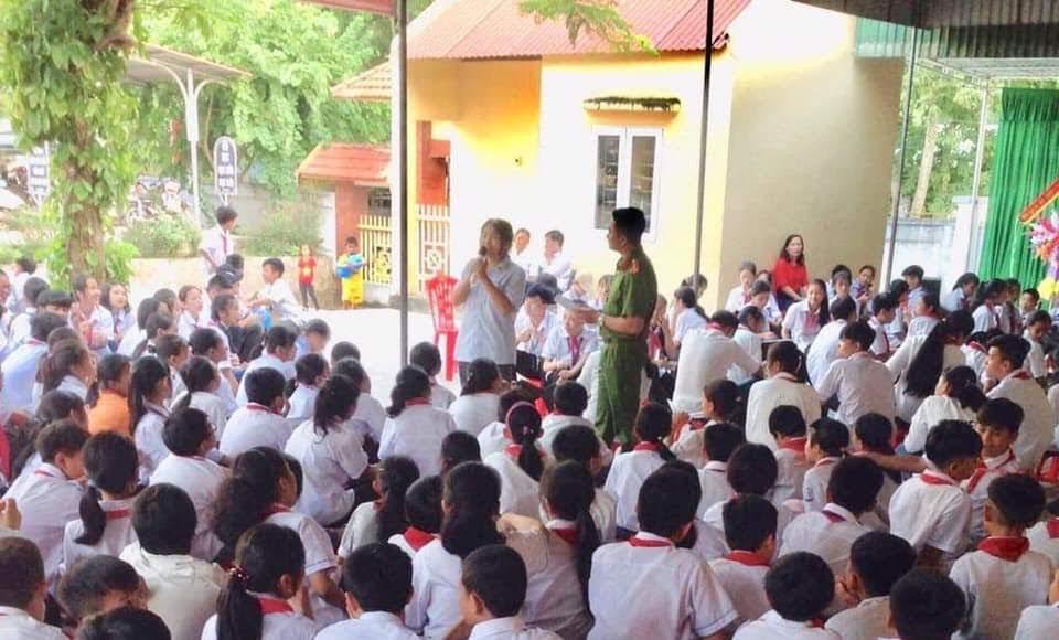 Các em học sinh hào hứng với các câu hỏi tình huống do cán bộ Công an huyện Tương Dương đặt ra.
