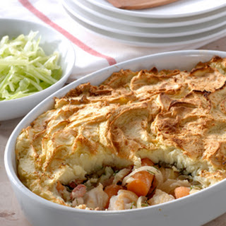 Ovenschotel Met Vis, Worteltjes En Dille En Een Komkommersalade