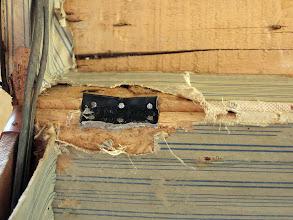 Photo: réparation d'une charnière d'époque.