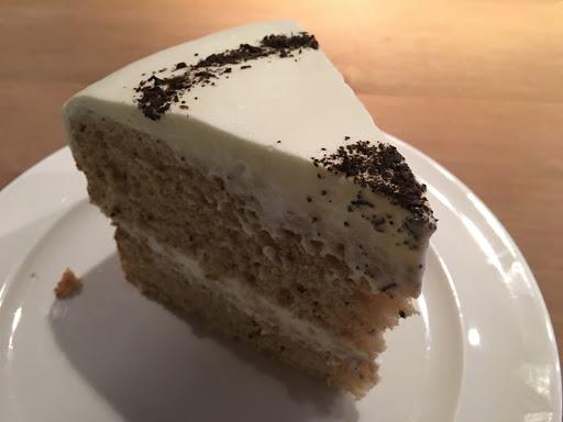 伯爵茶戚風蛋糕上的鮮奶油很清爽 鹹食價位有點高,海鮮披薩口味清淡。