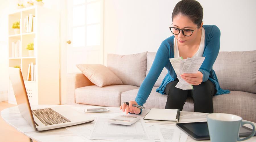 Mujer planeando pagos