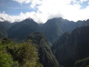 Photo: マチュピチュ 太陽の門へ 山が迫ってくる