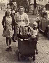 Photo: v.l.n.r. Roelfie Stenveld, Albert en Martha Mennega-Stenveld en hun kinderen Evert en Hennie