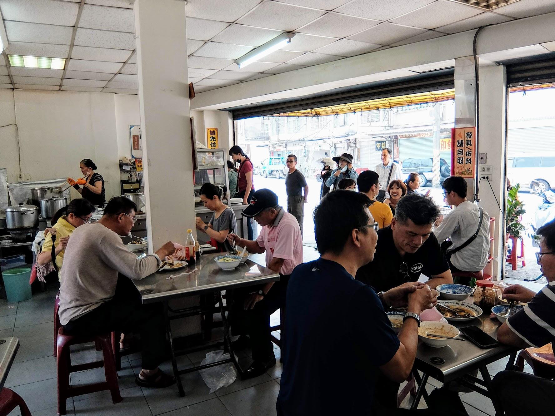 餐廳內一景,沒有冷氣,座位全滿,基本上都是併桌用餐XD