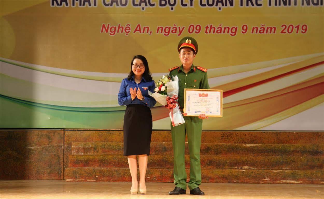 Trao giải Nhất cuộc thi ảnh Thách thức để thay đổi cho Đoàn cơ sở phòng Cảnh sát PCCC&CNCH