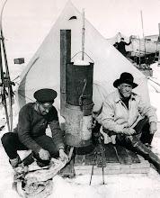 Photo: El campamento Paciencia: Hurley y Shackleton, sentados en la entrada de su tienda.