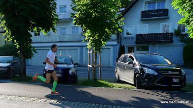 Photo: der gewinner des  1. Traunsee Business Run auf dem letzen halben kilometer bis zum  ziel am rathausplatz