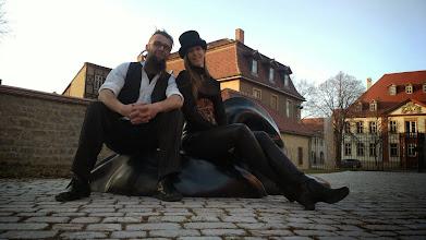 Photo: Benni Cellini und Doreen Wolff mit Wächter der Zufriedenheit (Höhe: 1 m, Länge: 2,30 m)
