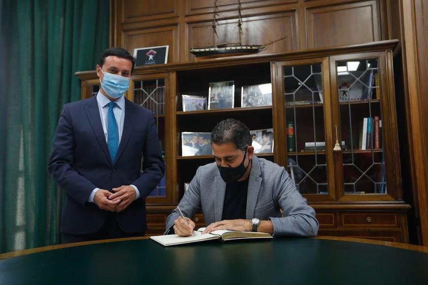 Fernando Hierro firmando en el libro de la Diputación.
