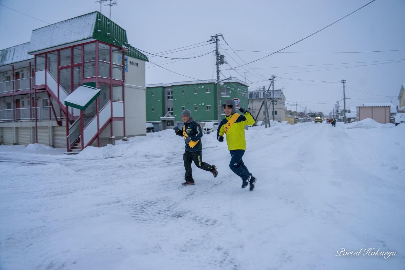 先頭を走る北竜消防・長谷川清隆 副署長(左)、北海道新聞・矢野旦 記者