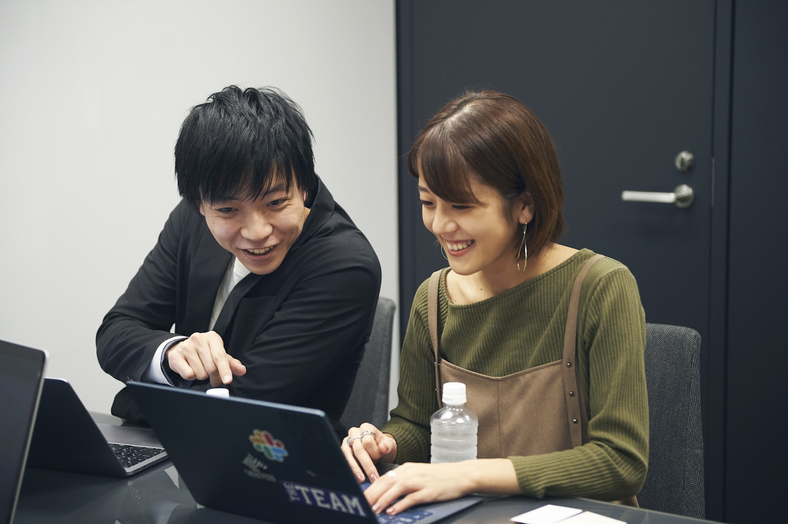 株式会社ユーザベースSPEEDA事業マーケティング担当 伊佐敷 一裕氏と斎藤可奈氏
