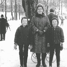 Photo: Etwa im Januar 1966 - wenige Monate vor meiner Einschulung - posiere ich mit meinen Brüdern (der Jüngste verdeckt im Kinderwagen) und der Mutter vor dem Parkhaus als Hintergrund im Stadtgarten (oberhalb des Eingangs Grünstraße). Foto: Wilhelm Rothe junior.