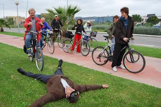 Photo: no us espanteu que no ha caigut de la bici, és que li agrada estirar-se a l'herba, és com un nen...