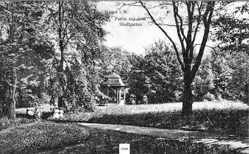 Photo: An der Stelle des heutigen Gefallenen-Ehrenmals befand sich zunächst ein Pavillon. Ansicht einer (erst) 1927 gebrauchten Ansichtskarte.