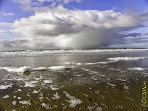 Photo: De Kust. Schuimkoppen op het water. Foto: Cees Boom.