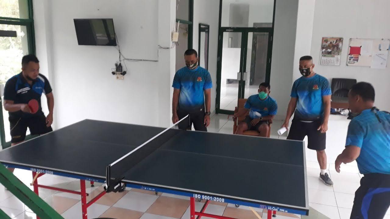 Demi Jaga Kondisi Fisik, Personel Denzibang 1/Stg Bermain Tenis Meja bersama Atlet Popda Kab. Sekadau