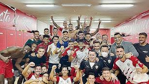 Celebración en el vestuario después de ganar al Tenerife.