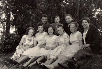 Photo: Iš kairės pirmoje eilėje: Marytė Žilinskaitė (Daukšienė), Zita Verkytė, Zita Stončiūtė, Birutė Šakinytė (Stončienė), Valiūnė Milašiūtė (iš Kūlupėnų), Šližius Liudas (iš ?). Antroje eilėje iš kairės: Darius Žilinskas (Marytės brolis), Juozas Šakinis, Andrius Žilinskas (Marytės brolis). ~1964 m. Nuotrauka iš Juozo Šakinio asmeninio archyvo.